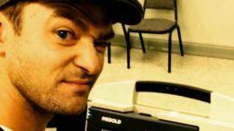 Justin Timberlake scatta selfie in cabina elettorale: nessuna penale