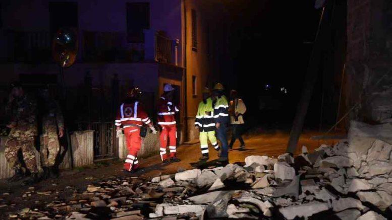 """Terremoto Marche, Renzi a Camerino: """"Ricostruire in modo serio"""""""