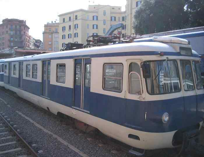 Roma, follia su un treno a Tor di Valle: giovane spacca un vetro e ferisce capotreno